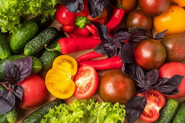Vários legumes e folhas de salada.