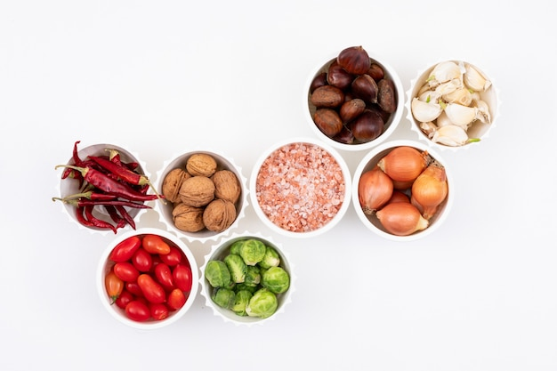 Vários legumes em tigelas brancas