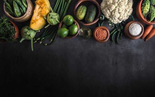 Vários legumes em uma mesa com espaço para uma mensagem