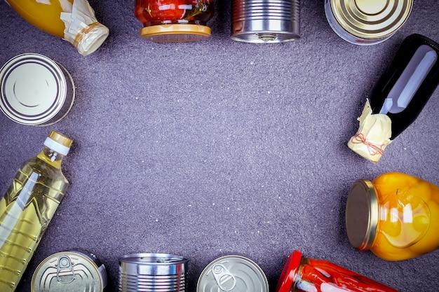Vários legumes enlatados, carne, peixe e frutas em lata e vidro.