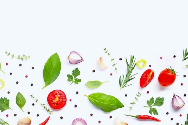 Vários legumes frescos e ervas. conceito de alimentação saudável
