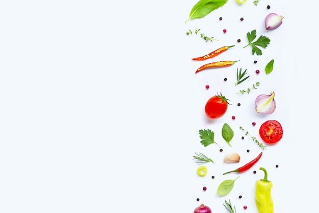 Vários legumes frescos e ervas no branco. conceito de alimentação saudável