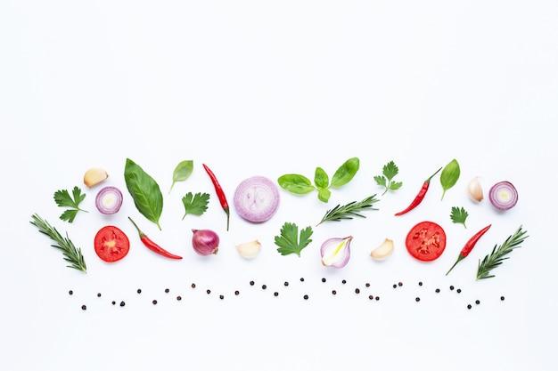 Vários legumes frescos e ervas no fundo branco. conceito de alimentação saudável