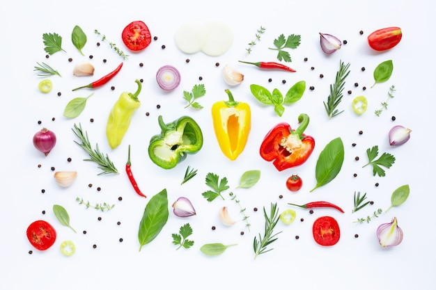 Vários legumes frescos e ervas no fundo branco