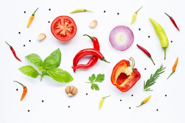 Vários legumes frescos e ervas