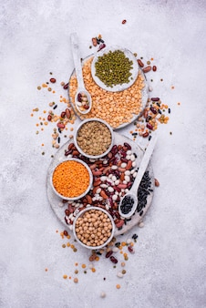 Vários legumes. lentilhas, feijão diferente, ervilha seca, grão de bico e feijão mungo