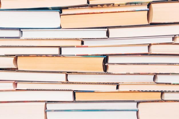 Vários livros estão em cima uns dos outros.