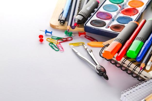 Vários materiais coloridos para escola