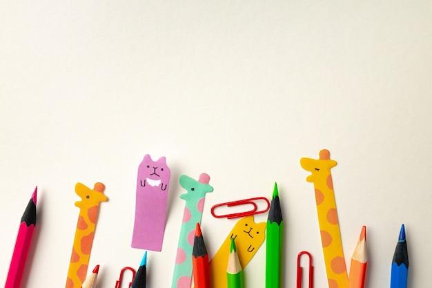 Vários materiais escolares para crianças, vista superior, cópia espaço