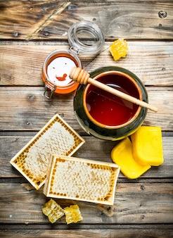 Vários mel de abelha. sobre um fundo de madeira.
