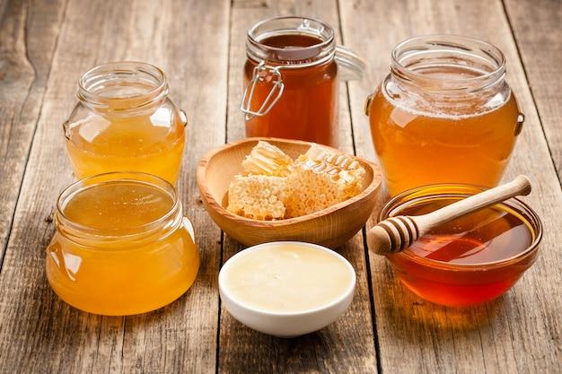 Vários mel na mesa de madeira