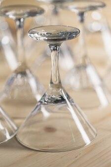 Vários mesmos copos vazios