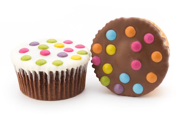 Vários muffins coloridos decorados em um fundo branco