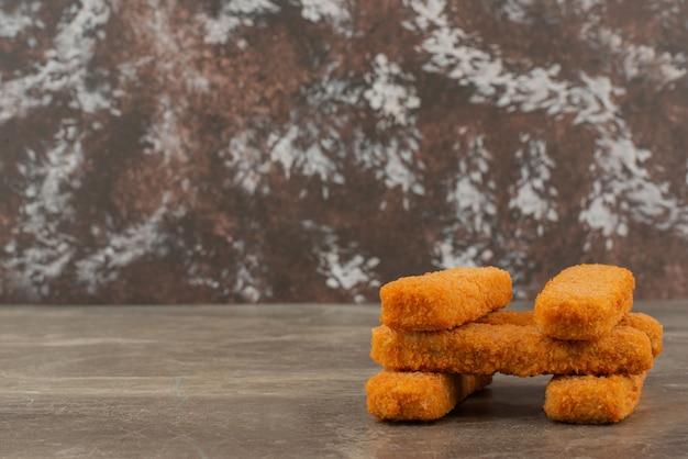 Vários nuggets de frango no fundo de mármore.