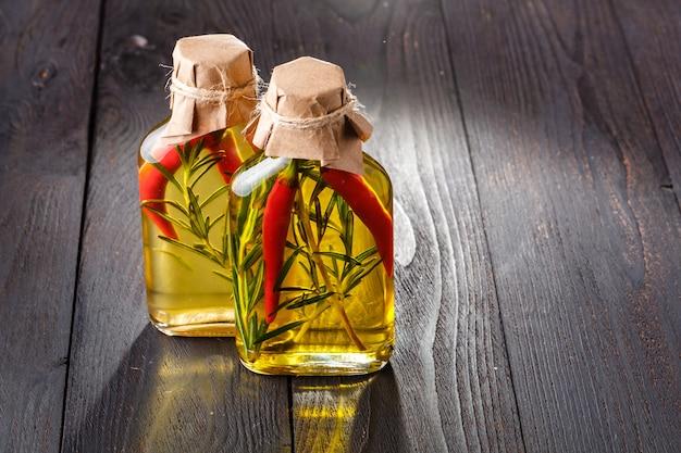 Vários óleos culinários em frasco de vidro sobre a superfície de madeira