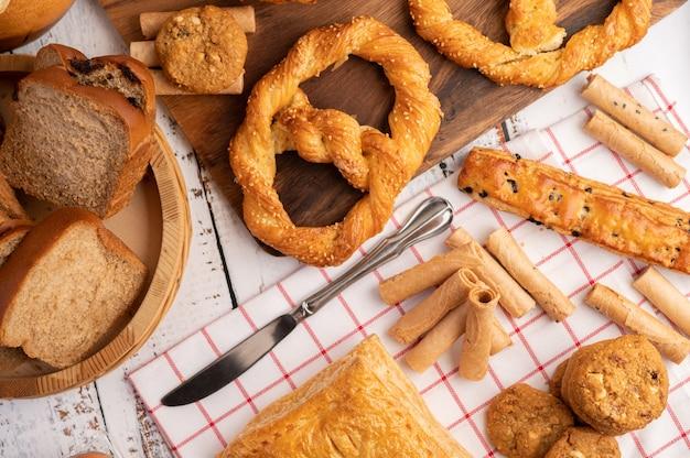 Vários pães em pano branco vermelho. t