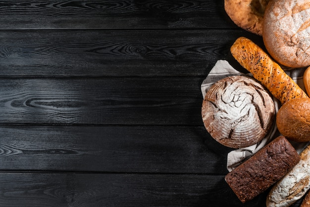 Vários pão duro e pães na mesa de pedra. vista do topo