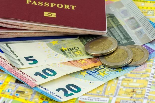 Vários passaportes e várias notas de euro