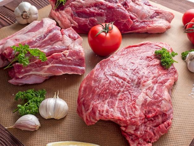 Vários pedaços de carne bovina angus preta marmorizada crua