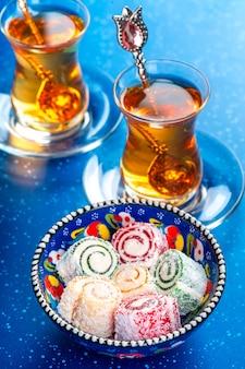 Vários pedaços de lokum delícia turca e chá preto