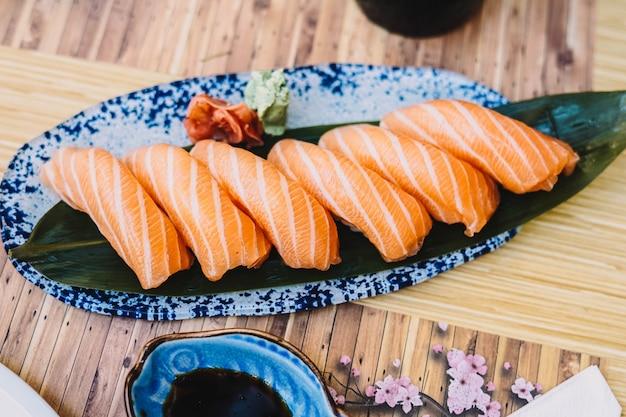 Vários pedaços de sushi em uma mesa preta nigiri