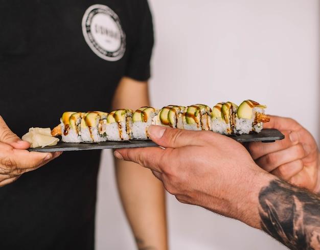 Vários pedaços de sushi em uma mesa preta