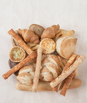 Vários pequenos pães e pães assados
