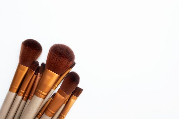 Vários pincéis de maquiagem isolados sobre o branco