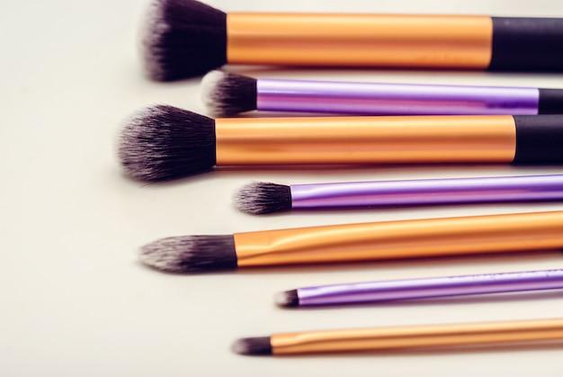 Vários pincéis de maquiagem