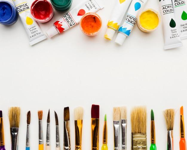Vários pincéis e tubos de aquarela