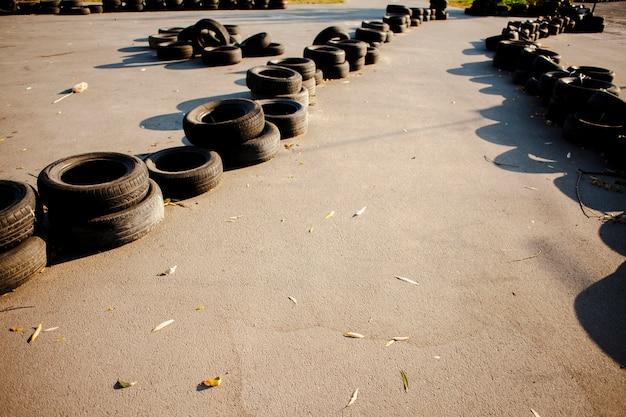 Vários pneus alinhados na estrada