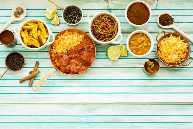 Vários pratos e especiarias na mesa