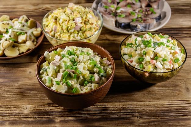 Vários pratos festivos na mesa de madeira