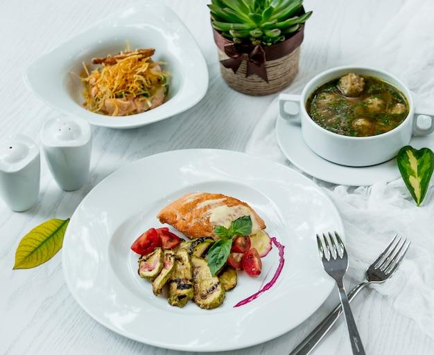 Vários pratos principais em cima da mesa