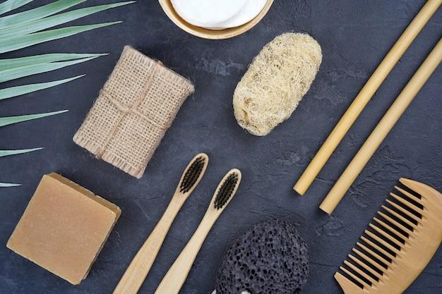 Vários produtos de banho naturais e ferramentas em fundo cinza de concreto
