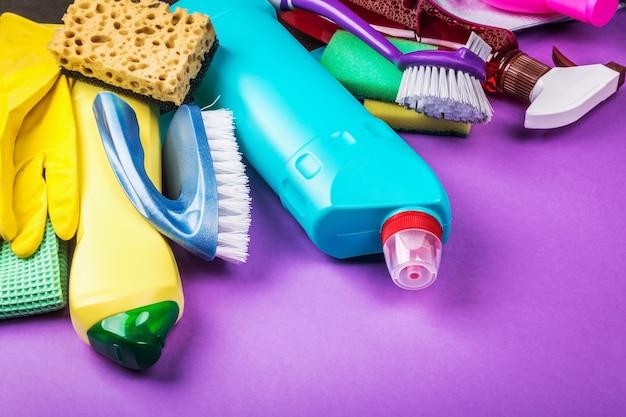 Vários produtos de limpeza para a casa