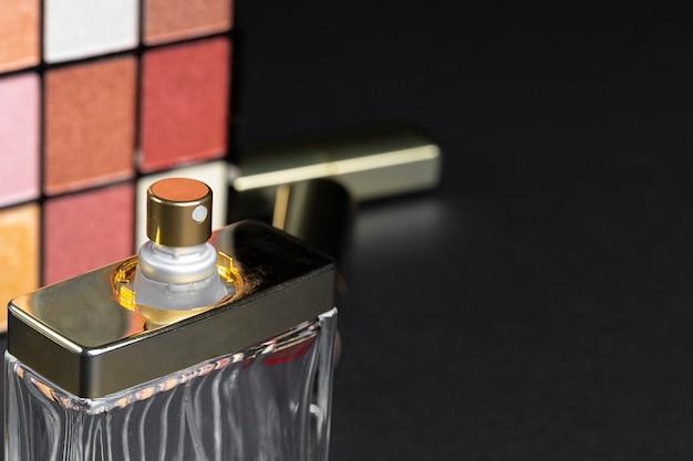 Vários produtos de maquiagem no fundo preto textura.
