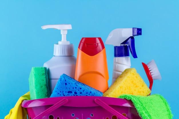 Vários produtos para limpar a casa em uma cesta