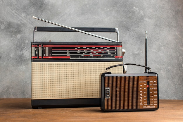 Vários rádios vintage na mesa de madeira