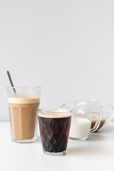 Vários recipientes para café delicioso