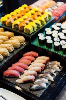 Vários rolos de sushi e maki, como o toro, o hamachi, o mackerel, o tamago maki e o pepino.