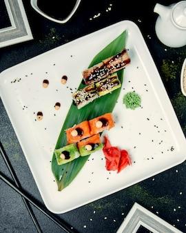 Vários rolos de sushi no prato