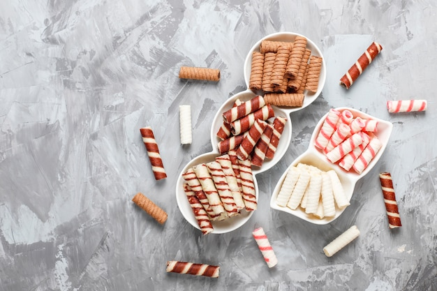 Vários rolos de waffle em placas de cerâmica, vista superior