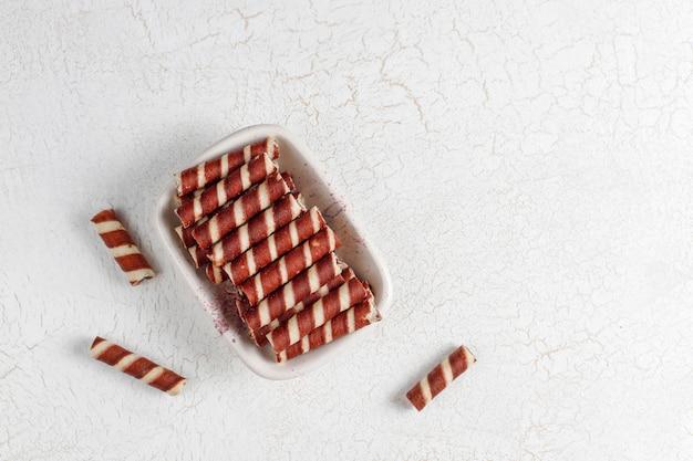 Vários rolos de waffle em placas de cerâmica
