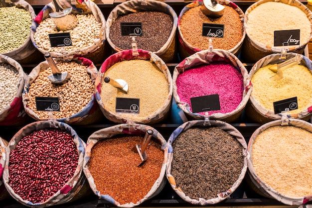 Vários sacos de vegetais variados em um mercado típico.