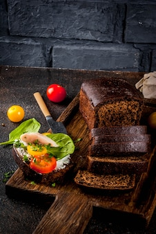 Vários sanduíches abertos dinamarqueses smorrebrod