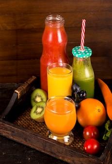 Vários sucos de frutas e vegetais espremidos na hora
