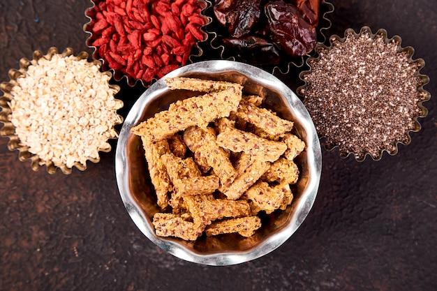 Vários superalimentos em tigela pequena perto de granola