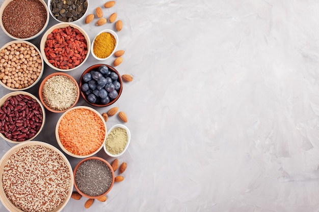 Vários superalimentos, vegan, conceito de produtos orgânicos da dieta saudável vegetariana