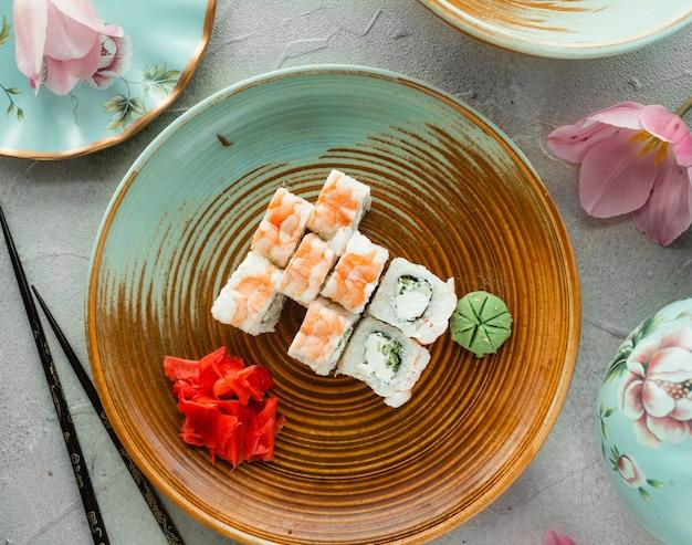 Vários sushi com gengibre e wasabi